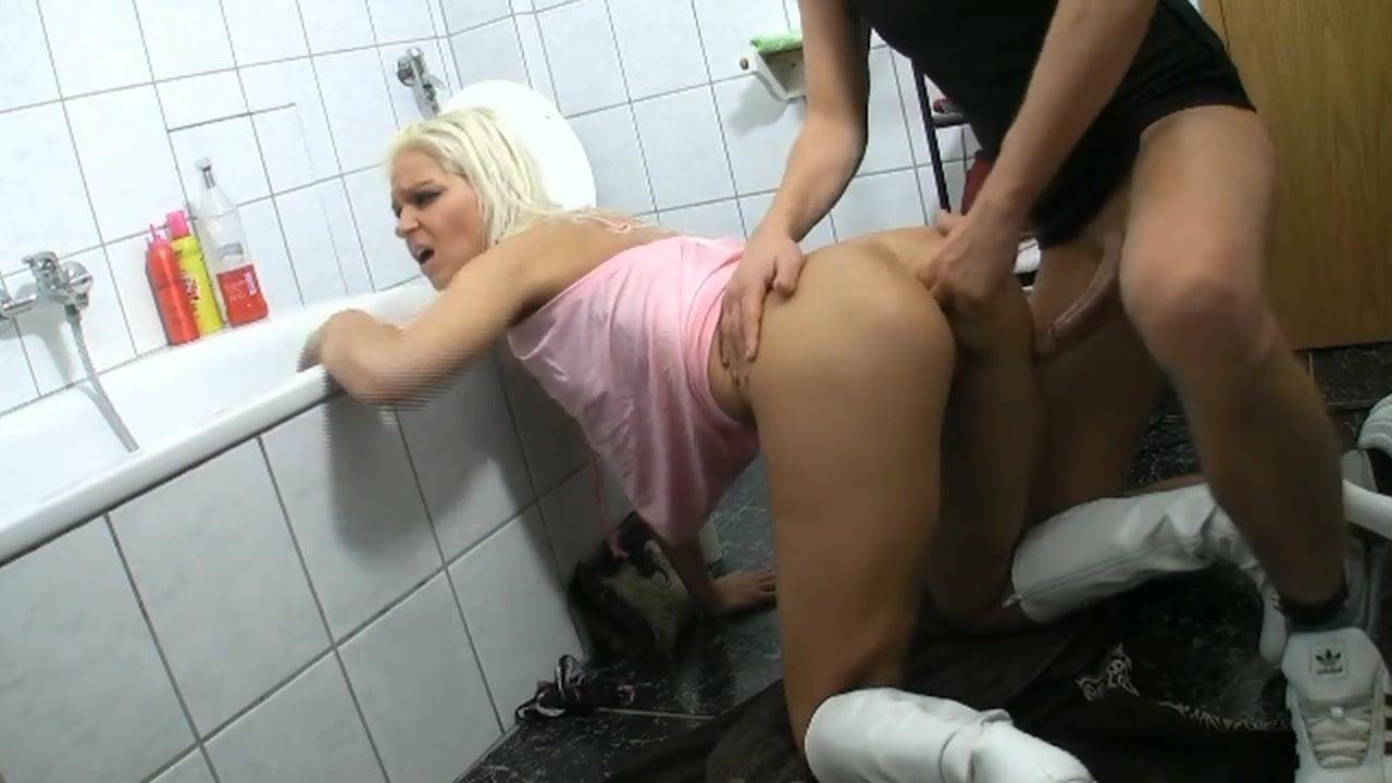 Пошлую блондиночку отдрючили прямо в туалете