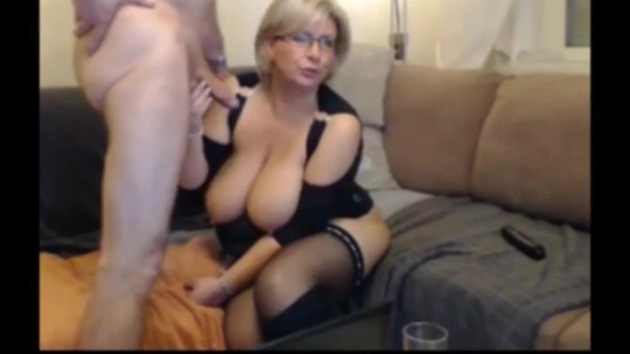 Пухлая блондинка не постеснялась секса на камеру
