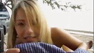 Blonde branle sur une plage