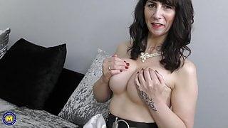 Toni Lace British mature stepmom feeding her old cunt
