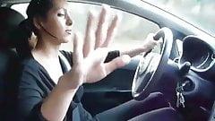 Auto-talentiertes Mädchen fährt und lässt Typen auf sich selbst kommen