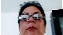 Esta mami usa sus lentes para ver mejor