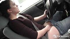濡れたまんこを運転して擦る美女lou