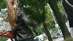Junge Frau mit Knackarsch in der Jeans