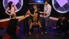 3 meninas bissexuais peitudas cavalgam o sybian no show de Howard Stern
