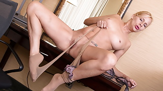 USA mature Payton Leigh gets turned on in pantyhose