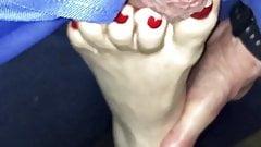 Ehefrau mit ihren sexy roten Zehen auf Schwanz