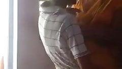 サテンのシルクサリーを着た叔母がキッチンでセックス
