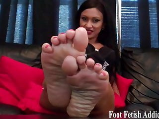 Penis is 3 then goes to 6 size - My sexy size 6 feet need to be sucked and pampered