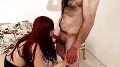 Lecca i piedi e succhia il cazzo del bull davanti al marito
