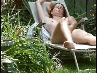 Court metrage porno - Spying my cute mom masturbating in court yard