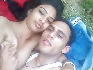 Desi sex clips of india and pakistan Desi india gf bf khet me chudai krte hue