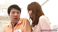 Japońska laska doggystyled po siadaniu na twarzy