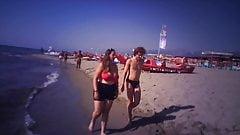 Jovem gordinha com tetas enormes na praia