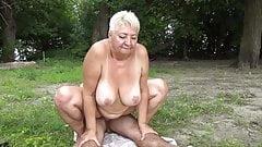 Нудистка трахает бабушку на публике