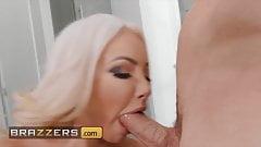 Неудовлетворенная Nicolette Shea получает себе еще один хуй