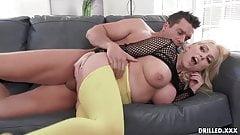 Üppige MILF mit dicken Titten nimmt einen großen Schwanz in ihren Arsch
