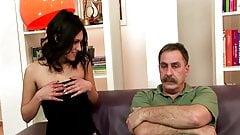 Молодая девушка и старик трахаются на диване