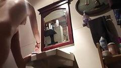 Горячая 18-летняя блондинка в ванной перед скрытой камерой