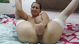 Amateur slut spread pussy and fisting