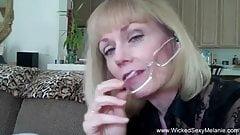 Une mamie blonde mature super salope échangiste