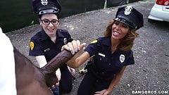 Lyla Lali и Norah Gold принимают большой черный член в патрульной машине