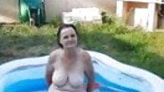 Moni strippt im pool