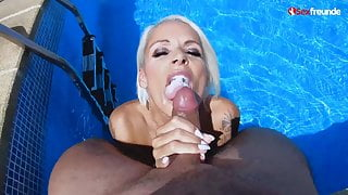Blonde MILF gibt Blowjob am Pool im Urlaub  - Sexfreunde.com