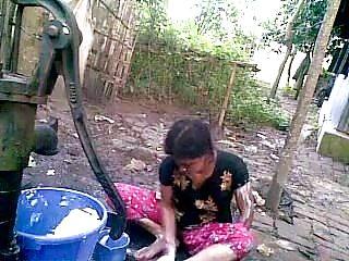 Desi flash porn - Bangla desi shameless village cousin-nupur bathing outdoor