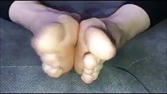 Popi (новая модель) двигает ее сексуальными (размер 40) ступнями