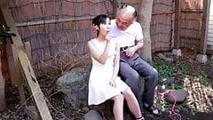 Японская девушка со стариком и подругами-упаковщиками.