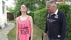 Unglaublich junges Maedchen bumst mit Opa Karl