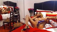 Przyjazna i wesoła czarna kobieta Angelica dostaje orgazmu