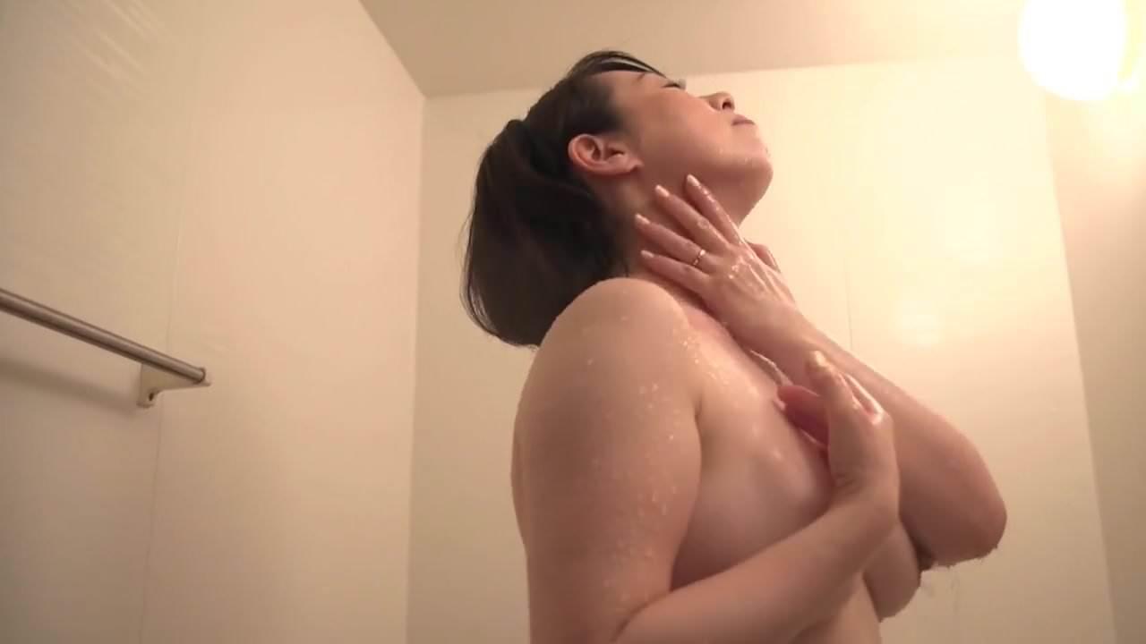 豊満な巨乳熟女妻の柏木舞子が発情した息子に襲われて生ハメ尻射