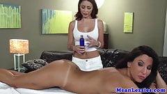 Лесба милфа Lezley Zen и ее сексуальная массажистка