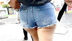 Bochechas em bolha. latina shorts jeans