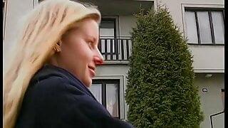 Junge Blondine mit zwei Dildos fickt sich selbst