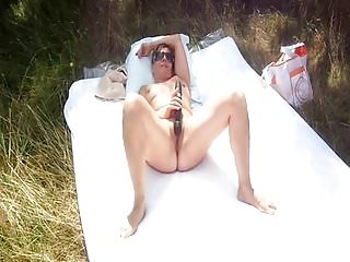French nudists - Lisa toute ouverte flashing outdoor