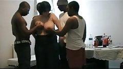 Compartiendo novia con enormes tetas con un grupo de hombres negros