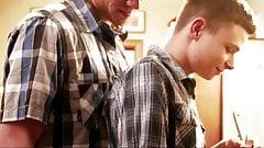 Une ado se fait baiser sans capote par son beau-père et son oncle