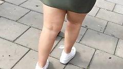 Dicke lockige PAWG in einem engen Kleid