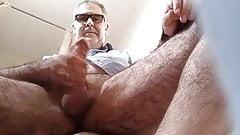 Bel homme se branle devant la cam