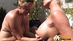 Reife Lesben auf der Terasse