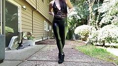 Skintight, leggings en cuir, salope avec des tatouages et un cul juteux