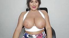 Amber jiggles her big juggs on cam