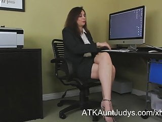 Pleasureable sex - Office worker alesia pleasure toys her pussy