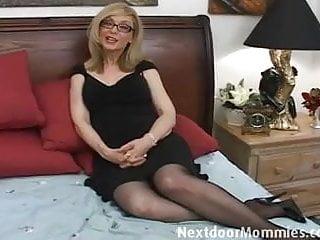 Girls tha give handjobs Naughty cougar love to give handjobs