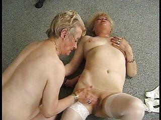 WTF! Lesbische Freundinen seit 80 Jahre - Oma Orgasmus