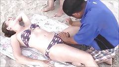 Un masseur asiatique aime la plage