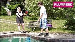 Rubia extra grande folla al chico en la piscina
